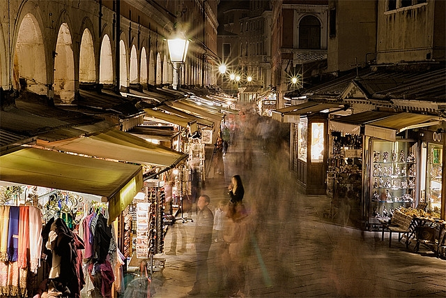 shopping at street markets in italy eight things to know